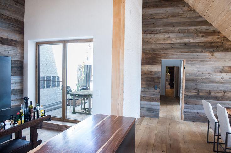 Nichts ist unmöglich! Dieses Traumfenster wurde aus Altholz von Weinpressen hergestellt und unterstreicht den rustikal modernen Stil des Hauses. Die Holzkombinationen garantieren für den uneingeschränkten Wohlfühlfaktor und schenken Wärme und Licht.