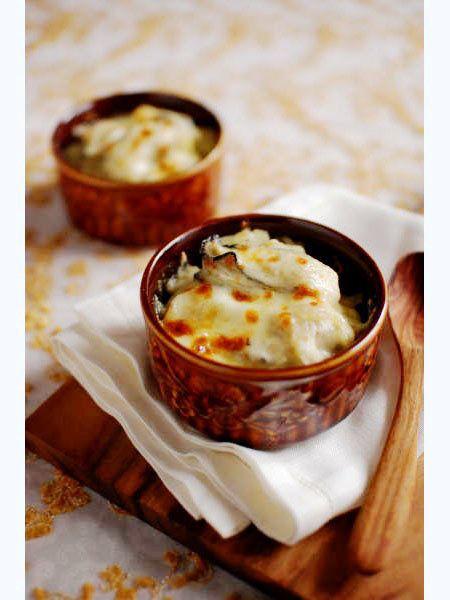 青かびチーズでコクをプラス。ぷりぷりの牡蠣を堪能して生クリームを使わず、ロックフォール(羊乳の青かびチーズ)とクリームチーズでコクを出すので、クリーミィだけどあっさりした味わいに仕上がり、牡蠣本来の旨みを堪能できる。牡蠣のぷりぷりした食感と、じゃがいものほっくりした食感が一度に楽しめるグラタンだ。|『ELLE gourmet(エル・グルメ)』はおしゃれで簡単なレシピが満載!