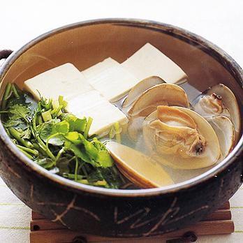 せりとはまぐりの鍋仕立て | 藤野嘉子さんの鍋ものの料理レシピ | プロの簡単料理レシピはレタスクラブニュース