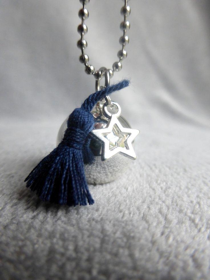 Bola de grossesse lisse argenté, avec un pompon bleu marine en soie et une étoile, en sautoir : Maman par bola-de-grossesse