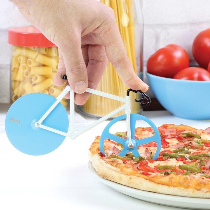 Bij CyclingLifestyle vonden wij deze ontzettend leuke pizzasnijder in de vorm van een racefiets. Voor de wielrenner met stevige trek! Met de scherpe wielen van de racefiets kun je je pizza snel en gemakkelijk in stukken of punten snijden. Deze grappige pizzasnijder fietst ook gemakkelijk door stukken kaas en worst heen. Een leuk cadeau voor de wielrenliefhebber die ook van pizza houdt!