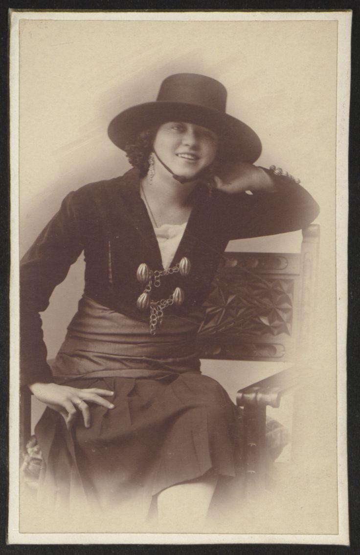 Fotografías Personales: Retrato de Mariquilla Loring de Orueta. Copia a la albúmina. http://aleph.csic.es/F?func=find-c&ccl_term=SYS%3D000125538&local_base=ARCHIVOS