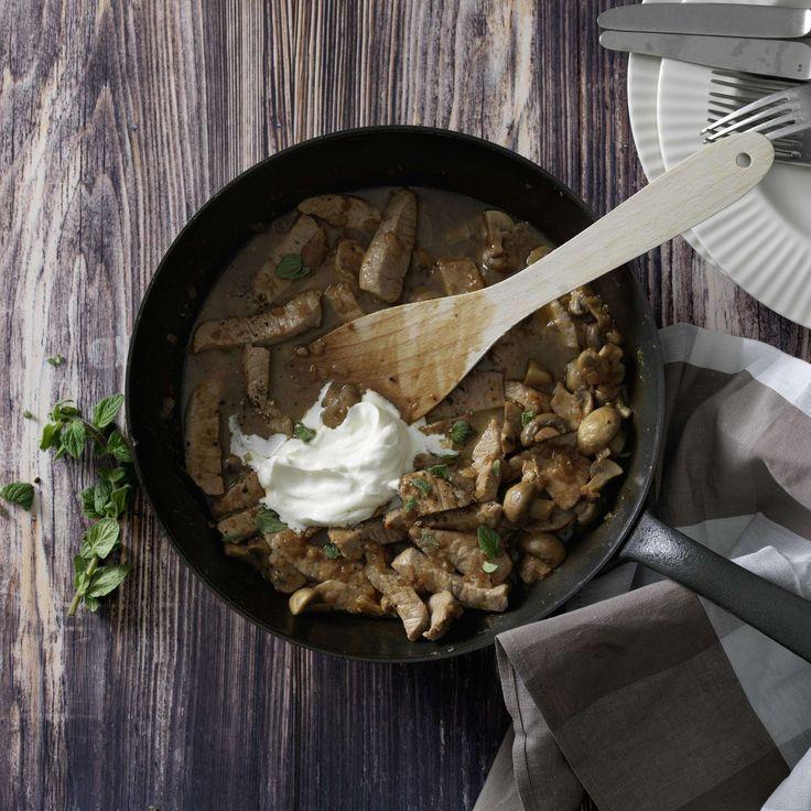 Zürich Geschnetzeltes. Zürcher Geschnetzeltes mit Kalbfleisch und Champignons in einer Rahmsauce mit Weisswein ist ein beliebter Schweizer Klassiker. Dazu passt Rösti.