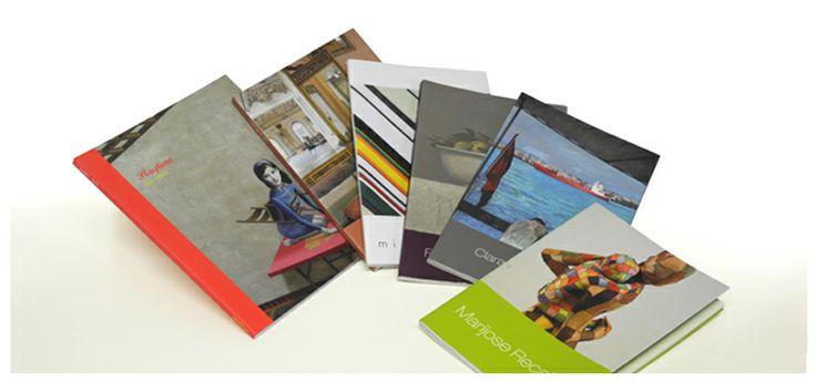 Catálogos de pintura sobre distintos artistas expuestos en el Museo Gustavo de Maeztu de Estella - Calle Mayor Comunicación y Publicidad