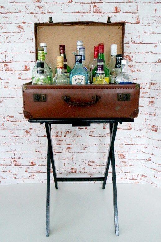 Sichern einer alten Koffer mit einem TV-Tisch für eine kleine, aber stilvolle Bar.