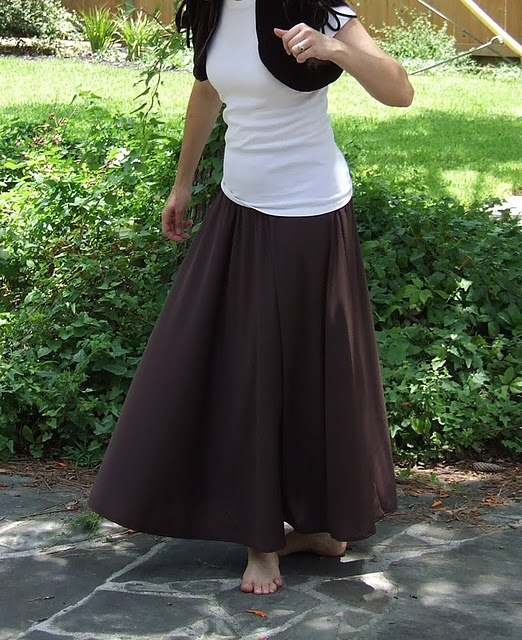how to make a simple circle skirt - long or at the knee, looks okay an a pear, me thinks!