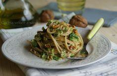 Gli spaghetti integrali ai broccoli e noci sono un ottimo primo piatto gustoso e con degli alimenti salutari come gli spaghetti integrali, i broccoli, prez