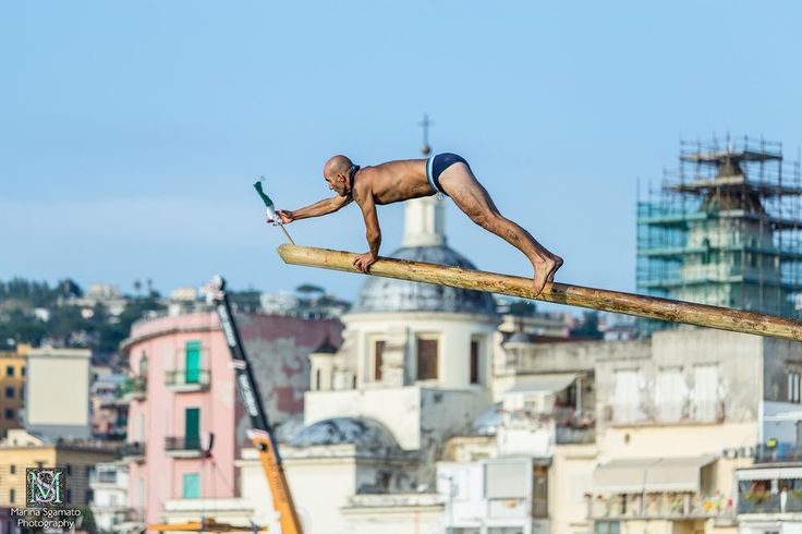 The traditional prize of the flagpole at sea, in Pozzuoli, every 15 August. The goal is to be able to get on the pole, made slippery by the coverage of soap, and remove flags. This is the winner.