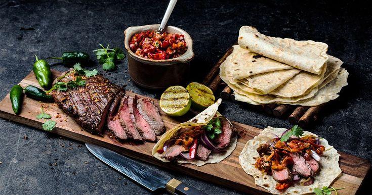 Dette er gourmet-taco på høyt nivå, også kalt flank steak. Saftig kjøtt og heftige smaker på et fat. Enkel oppskrift på rosastekt biff i hjemmelaget tortilla med krydret tomatsalsa og pico de gallo.