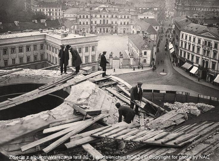 Tak wyglądała rozbiórka Soboru Aleksandra Newskiego na dawnym placu Saskim w 1926 r. W latach 20. toczono zażarte dyskusje, co zrobić z soborem wzniesionym przez Rosjan i górującym ponad miastem. Architekt Stefan Szyller sporządził koncepcje przebudowy gmachu na wielki kościół garnizonowy. Zwyciężyli zwolennicy rozbiórki i dokonano jej ogromnym kosztem. Na zdjęciu, w głębi pośrodku, widać pałac Bruhla mieszczący wówczas siedzibę telegrafu. Nieco z prawej gęsto zabudowana ulica Wierzbowa…