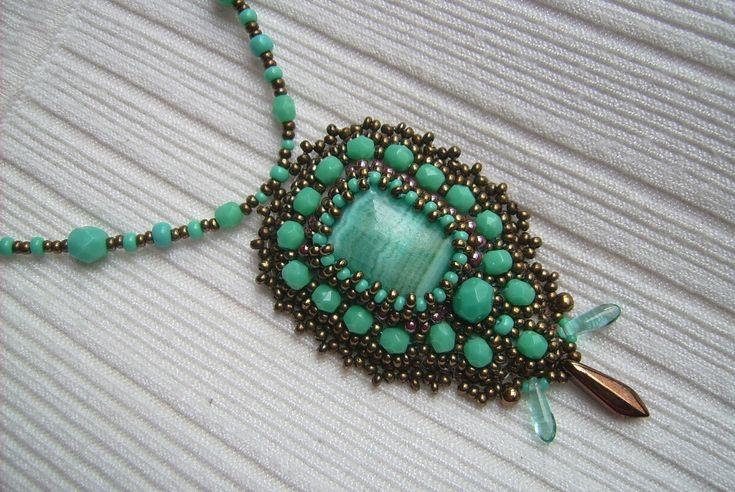 Ny-549. Türkiz zöld és bronz színű, ásvány medálos gyöngy-hímzett medálos nyaklánc. Ára: 2000.-Ft.