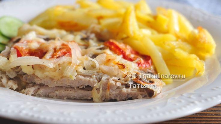Главное фото рецепта: Отбивные из свинины, запеченные в духовке с луком, грибами и помидорами