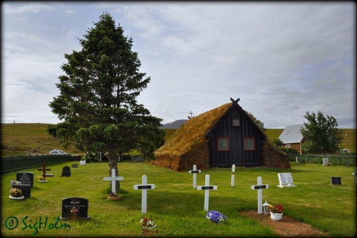 A Igreja de Víðimýrar é uma antiga igreja de madeira, que se encontra em Skagafjörður, no norte da Islândia. A  infra-estrutura da igreja é na maior parte original, mas o telhado relvado foi renovado. Os sinos são originais, o púlpito é muito antigo, o retábulo é dinamarquês, de 1616.  Fotografia: Sig Holm.
