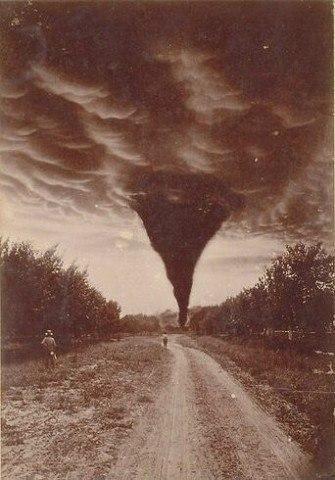 Одна из первых фотографий торнадо, 1898