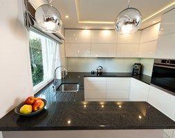 Realizacja mieszkanie Kraów - Mała otwarta kuchnia w kształcie litery g w aneksie, styl nowoczesny - zdjęcie od All Design Agnieszka Lorenc