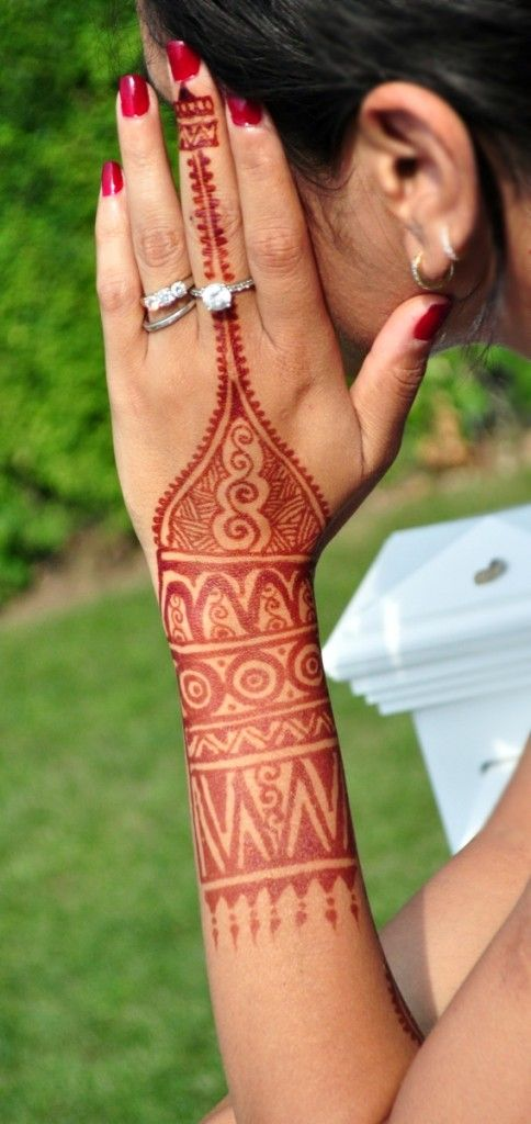 Henna artist - New York USA Monita Bijoriya is a professional henna artist with over 10 years of experience with henna body art! She specializes in Intricate traditional Indian, Arabic, contemporary fusion, Moroccan styles, as well as Modern temporary, semi permanent body art. #henna #mehndi.