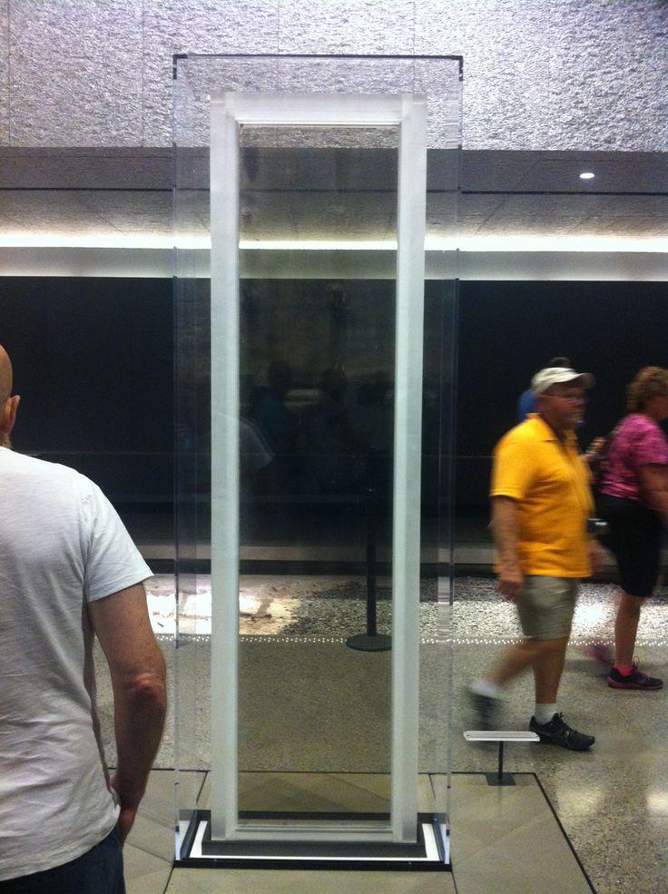 Een hele bijzondere vondst op het terrein van de ingestorte WTC-torens is dit enige ongeschonden raam. Ze hebben ook precies kunnen achterhalen van welke toren en van welke verdieping deze komt.