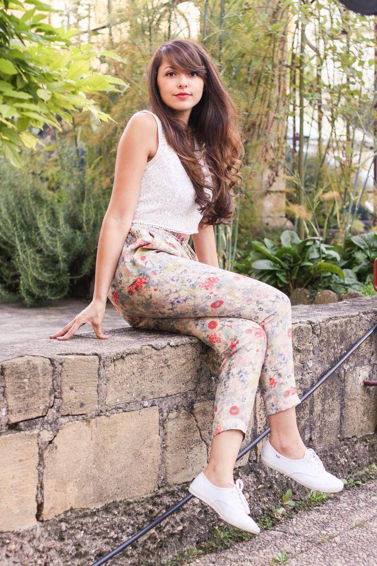 #Look #dollyjessy: pantalon imprimé fleuri et haut crop en dentelle, tennis blanches Keds, montre casio, rouge à lèvre prune, pochette bocage. #Style #flowerprint #pants #croptop #fashion