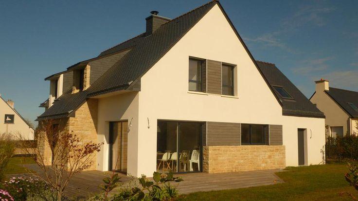 Maison contemporaine. Façade avec mélange pierre, bois, enduit. # ...