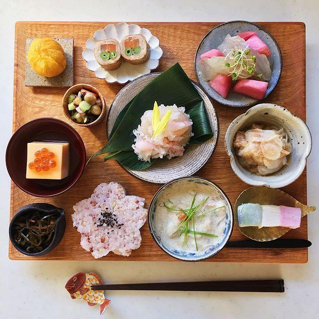 Today's breakfast. おはようございます sizuku @sizuku2518 さんが作っていらした 鯛の昆布じめと赤かぶの酢漬けが美味しい朝 ひな祭りなので三色羽二重餅の #アサカシ もおまけに 金曜日ですね☺︎ * さつまいも茶巾 豆サラダ いんげんとにんじんの肉巻き 鯛の昆布じめと赤かぶの酢漬け たまご豆腐 甘海老と帆立のみぞれ和え 新玉ねぎとツナのサラダ 切り昆布の煮物 雑穀米 牡蠣チャウダー 羽二重餅a50a