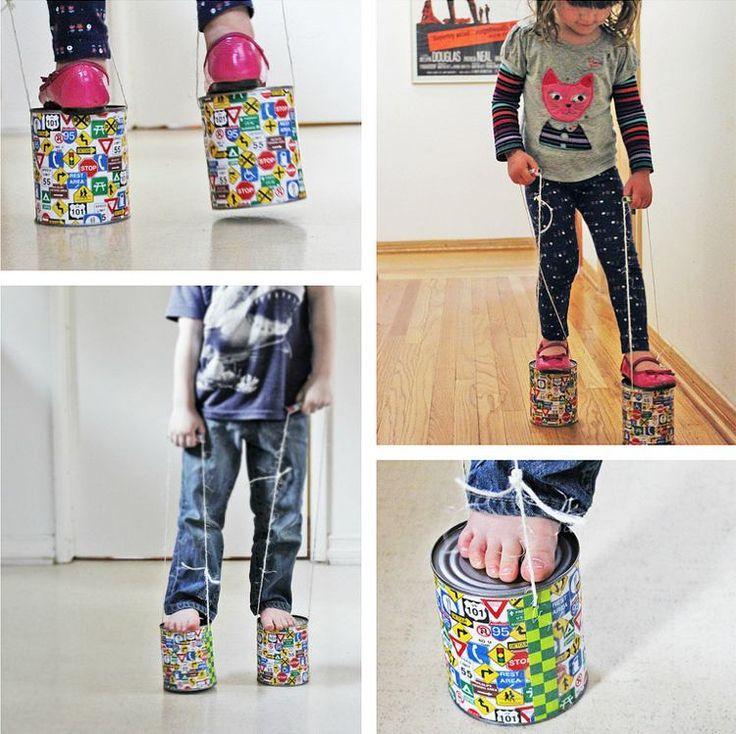 DIY Kinderspiele - Auf Stelzen laufen