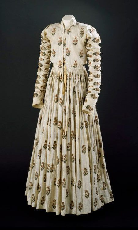 Man's robe or jama, painted cotton, gold thread and silk, XVIIIth century, Victoria and Albert Museum