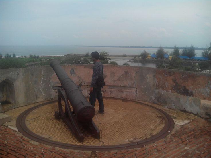 meriam bagian atas benteng fort marlborough ( menghadap ke arah laut kota bengkulu/ pantai panjang)