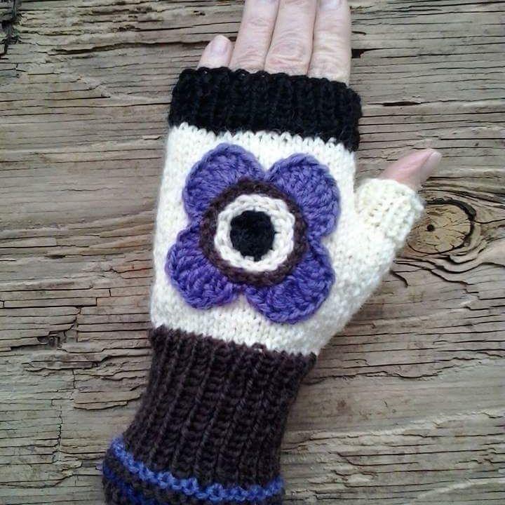 Stickad halvvante med virkad blomma. Crochet flower on a mitten. Gillar brunt och lila som färgkombination. Snyggt? #blommor  #mittens #mitts #veronicafranason #studiomagenta  #crochet #knitting #virkat #virka #sticka #halvvantar #torgvantar