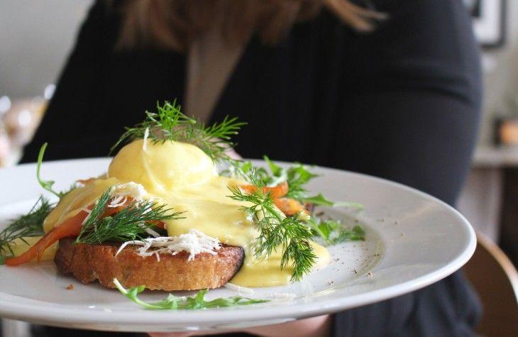 Klassiska Eggs Benedict eller Eggs Royale är givna på brunchen. Här kallar vi den Varm brunchmacka.