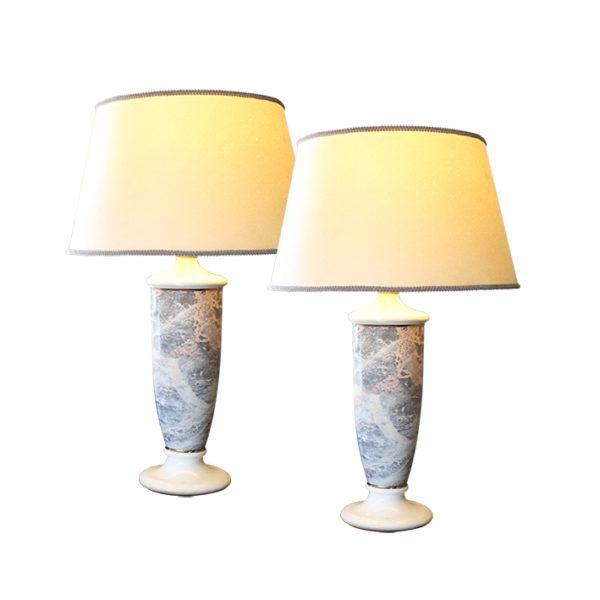 Par de Lámparas de Porcelana Francesas    Un maravilloso par de lámparas de porcelana del siglo 19 pintadas. Este fino par de lámparas blancas de porcelana con aplique de mármol pueden iluminar cualquier espacio de su hogar.