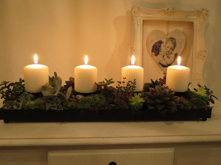 adventsdekoration med lingonris och ljus