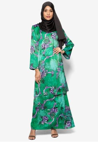 Baju Kurung Pahang Amirah from Butik Sireh Pinang in Green Look chic and stylish when you put on this Baju Kurung Pahang Amirah by Butik Sireh Pinang. Crafted from exquisite material, the classic Baju Kurung gets an upgrade with an all-over purple floral print over the green background. This piece can be... #bajukurung #bajukurungmoden