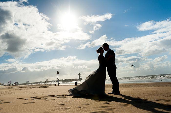 Silhouet van een bruidspaar op het strand