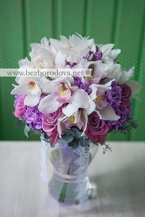 Букет невесты из белых орхидей цимбидиум с сиреневыми розами, альстромерией, гвоздикой и зеленью эвкалипта