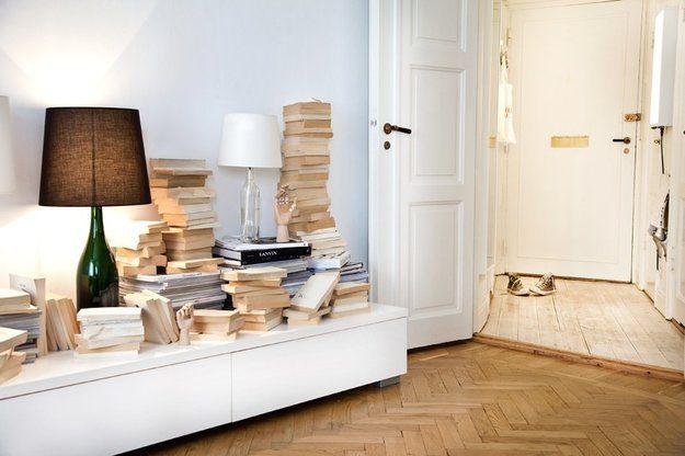 Спальня недели: белые стены, деревянные руки и зеркальный шкаф http://www.inmyroom.ru/posts/spalnya-nedeli-belye-steny-derevyannye-ruki-i-zerkalnyy-shkaf от @InMyRoom_ru