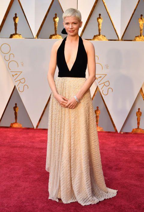 La sencilla elegancia de este vestido bicolor con falda joya de Louis Vuitton ha hecho que Michelle Williams se lleve la medalla de bronce.