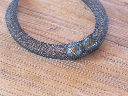POE PITI signifie 'perles par deux' ou par extension 'perles jumelles'.  Ce bracelet évoque l'océan et ses merveilles : 2 perles noires jumelles dans un filet noir en résine p - 6837873