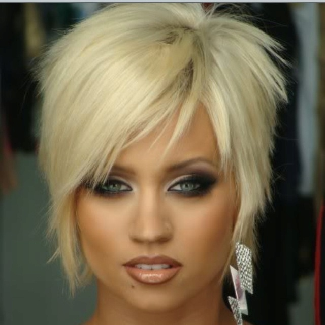 Love the choppy layers and bangs!! Would love to look that pretty in short hair.