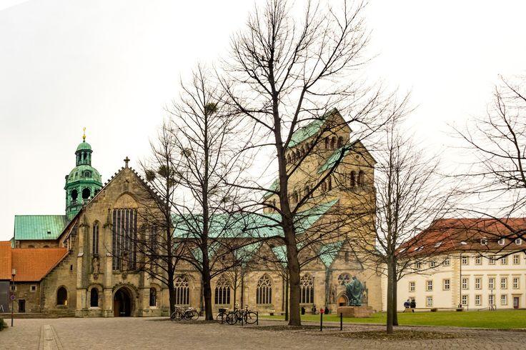 Hildesheimer Dom.  Ein kleiner Ausblick auf die Schönheit der Architektur die man hier in #Hildesheim so anfindet. Wenn man sich nur gut genug umschaut gibt es viele Ecken zu entdecken. . . . . . . #olympus #olympusomd #em1 #omd #church #kirche #dom #urban #urbanoverrun #streetphotography #architecture #citylife #building #cityscape #town #architecturelovers #archidaily #streetphoto #urbanart #germany #deutschland #igersgermany #europe
