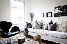 白いソファのあるリビング   東京 small lifeこちらは白黒グレーでまとめられたリビング。 クッションや膝掛けは白とグレーで。 このソファもIKEAのKARLSTAD。 切り株のテーブルが素敵ですね。