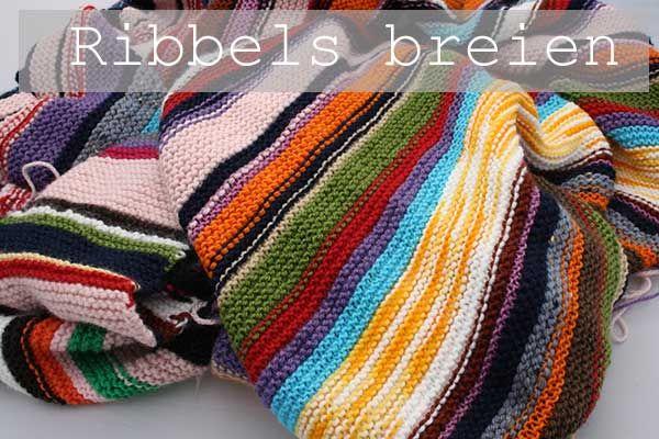 Ribbels breien, recht breien.  Restjes deken in ribbels gebreid.