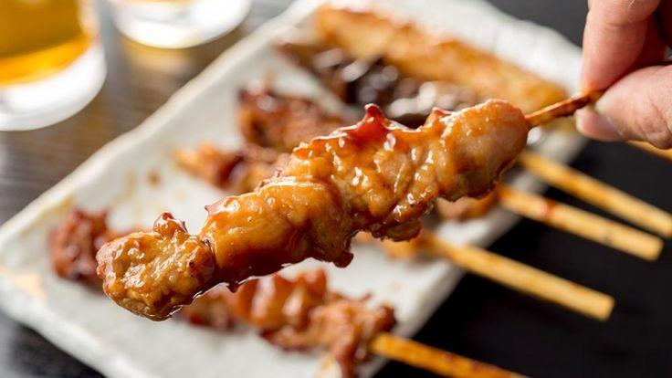 Street food orientale, satay di pollo con salsa piccante alle arachidi