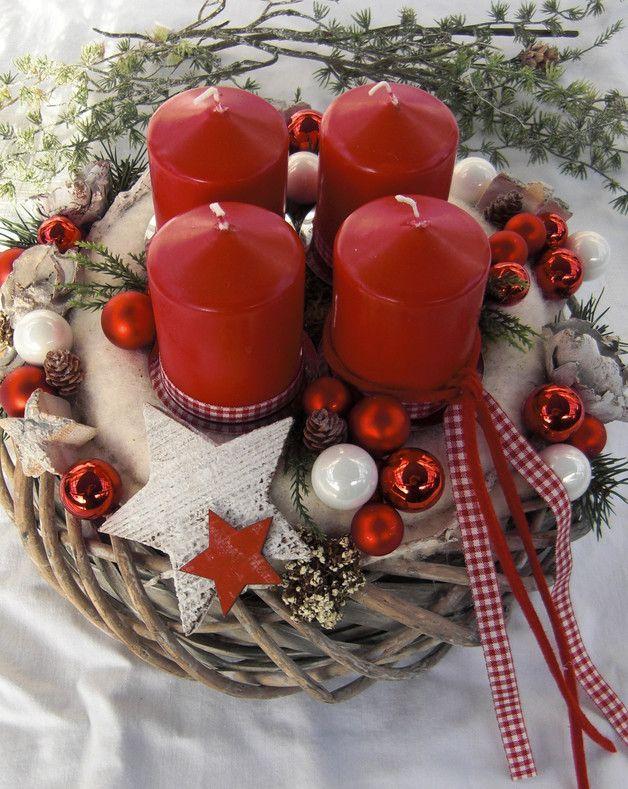 **Edler Adventskranz in Rot - Weiß** Aufwendig gearbeiteter Adventskranz bestehend aus zwei Kränzen. Ein grau gekalkter Weidenkranz dient als Unterlage für den Adventskranz. Darauf sitzt ein...