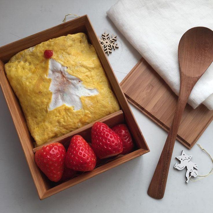 2017.12.24 日曜日   きょうの #お弁当  #オムライス  ・  ・  あれ?ひょっとして?  ツリー?  って 見えたら正解  アタックチャーンス!  ・  ・  merry Xmas ♡  ・  ・  #크리스마스#  #おべんとう#曲げわっぱ#曲げわっぱ弁当#和食#お昼ごはん#卵焼き#vsco#vscocam#bento#bentou#igfood#instafood#obento#lunch#cooking#magewappa#foods#foodstagram#foodpics#vegetables#onmytable#kurasiru#japanesefood#instafood#japanese
