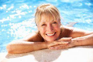 Zwemmen is net zo effectief bij fibromyalgie als wandelen. Het verlicht de pijn en verbetert de kwaliteit van leven van patiënten, zo blijkt uit een studie van de Federale Universiteit van São Paulo. Eerdere studies hebben al uitgewezen dat bewegen een essentieel onderdeel is van de behandeling van deze aandoening. Stromend water Fibromyalgie is een …