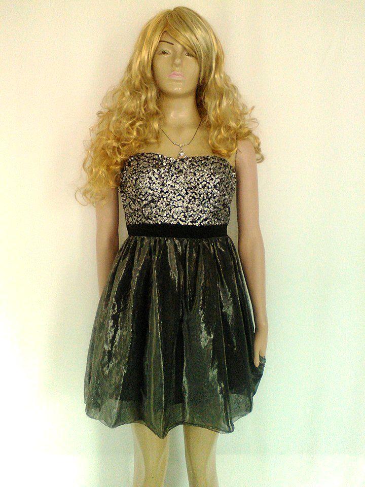 Vestido corto, con blusa de lentejuelas y falda en lamé plateado.