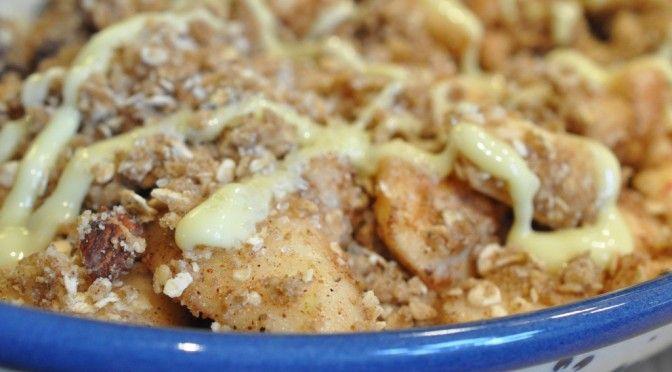 For mange æbler og pærer i frugtskålen? Prøv denne lækre kombinerede pære/æble-crumble med krydderier. Farin, smør, hasselnødder. Sprød og lækker. Nydes med flødeskum