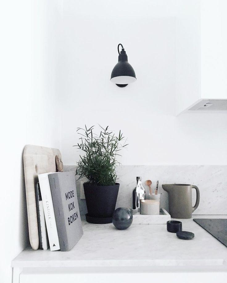 Ideer på detaljer i köket på en vit bänkskiva i sten