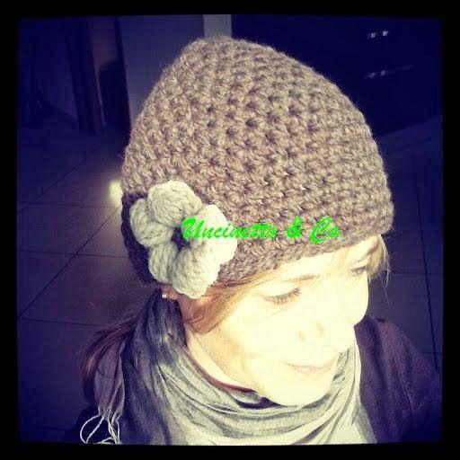 Cappellino in lana biologica con fiore cicciotto. Realizzato all'uncinetto.