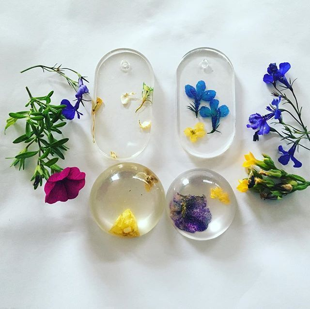 Doing A Little Experiment Fresh Flowers V Dried Flowers In Resin I Used The Fresh Flowers You See On The Right And Resin Flowers Dried Flowers Fresh Flowers